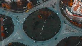 Satellietbeeld aan de wegcirkel met het verkeer van stadsauto's, zijaanzicht, Ternopil, de Oekraïne stock videobeelden