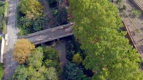 Satellietbeeld bij het reizen van een landschap in de herfst met rivier en gele, oranje en groene bomen stock videobeelden