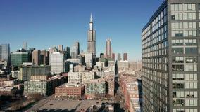 Satellietbeeld die links het overgaan van de bouw Chicago van de binnenstad Illinois glijden stock footage