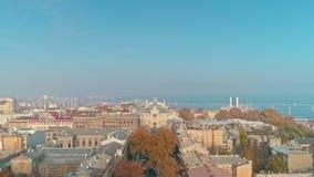 Satellietbeeld die Odesa-stadscentrum de stad in en it's hoofdgezicht, Odessa Opera en Ballettheater en zeehaven openbaren stock video