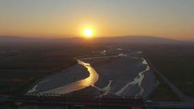 Satellietbeeld, die over de brug met een rivier vliegen roemeni? stock videobeelden