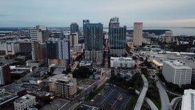 Satellietbeeld die over de stedelijke kern van de binnenstad van Tamper Florida vliegen stock video