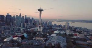 Satellietbeeld die in Seattle Van de binnenstad Washington Near de Ruimtenaald vliegen stock footage