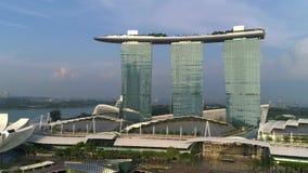Satellietbeeld die van Marina Bay Sands de Stadshorizon openbaren van Singapore schot Marina Bay Sands Singapore van het lucht vl stock video