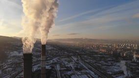 Satellietbeeld die van rook van de schoorsteen van een steenkoolboiler toenemen Cirkelpanorama met een mening van de stad stock footage