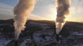 Satellietbeeld die van rook van de schoorsteen van een steenkoolboiler toenemen Omhoog zich beweegt, silhouet op zonsondergangach stock videobeelden