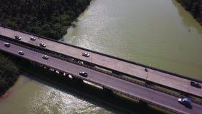 Satellietbeeld die van vervoer zich langs brug boven tropische groene gekleurde rivier in Thailand bewegen Infrastructuur in Azia stock footage