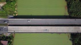Satellietbeeld die van vervoer zich langs brug boven tropische groene gekleurde rivier in Thailand bewegen Infrastructuur in Azia stock video