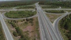Satellietbeeld die van Witte Vrachtwagen Bezige de Overdrivebrug overgaan van het Wegviaduct 4K stock footage