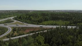 Satellietbeeld die van Witte Vrachtwagen Bezige de Overdrivebrug overgaan van het Wegviaduct 4K stock video