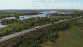 Satellietbeeld die van witte vrachtwagen de bezige brug van de het viaductoverdrive van de wegweg overgaan De auto's en de vracht stock videobeelden