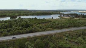 Satellietbeeld die van witte vrachtwagen de bezige brug van de het viaductoverdrive van de wegweg overgaan Blauwe autoritten op d stock videobeelden