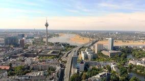 Satellietbeeld Dusseldorf Duitsland Vlucht over de stad stock footage