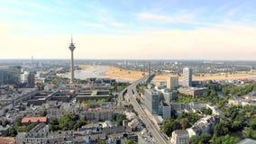 Satellietbeeld Dusseldorf Duitsland Vlucht over de stad stock video