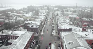 Satellietbeeld - een sombere de wintermening van een kleine stad dichtbij het overzees in de mist stock video