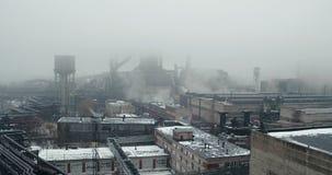 Satellietbeeld - een sombere die mening van de installatie, rook met mist wordt gemengd stock videobeelden