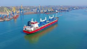SATELLIETBEELD: Het vliegen over zich het massieve schip gevulde bewegen in het stille overzees Lading die door grote internation stock videobeelden