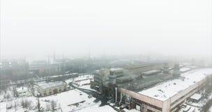 Satellietbeeld: Luchtvervuiling door bedrijven De pijpen van een vuile fabriek zenden rook in de hemel en de atmosfeer uit Oorzaa stock footage