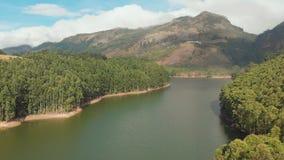 Satellietbeeld mooie aard met bergen en heuvels door Meer Mattupetty De staat van Kerala Dichtbij de stad van Munar stock videobeelden