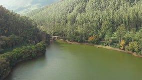 Satellietbeeld mooie aard met bergen en heuvels door Meer Mattupetty De staat van Kerala Dichtbij de stad van Munar stock video