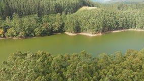 Satellietbeeld mooie aard met bergen en heuvels door Meer Mattupetty De staat van Kerala Dichtbij de stad van Munar stock footage