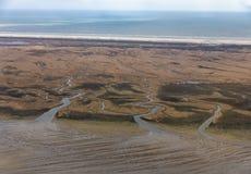 Satellietbeeld Nederlands eiland Schiermoniikoog, kustlijn met moerasland en kanalen stock afbeeldingen