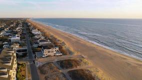Satellietbeeld omhoog over Huizen en Kustoever in Virginia Beach stock videobeelden
