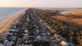 Satellietbeeld omhoog over Huizen en Kustoever in Virginia Beach stock video