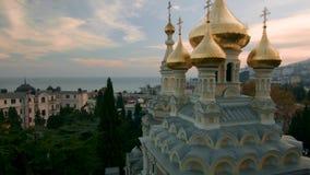 Satellietbeeld op Alexander Nevsky Orthodox-kerk met gouden koepels in Yalta schot crimea ukraine De Oekraïne, Yalta, stock footage