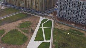 Satellietbeeld op plaats voor park dichtbij modern woningsdistrict stock video