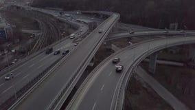 Satellietbeeld op verkeersbrug over rivier in zonnige de herfstdag, auto's op brug stock footage