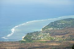 Satellietbeeld over de kust van Indische Oceaan in Les Colimatons Les Hauts bij Bijeenkomsteiland, het Frans overzee royalty-vrije stock fotografie