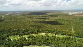 Satellietbeeld over palmenwildernis en golfcursus in tropische Cara?bische toevlucht stock video