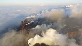 Satellietbeeld over Pijpen die Rook in de Hemel werpen Luchtvervuiling door Bedrijven stock videobeelden