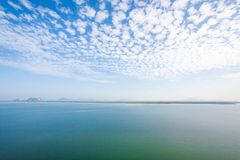 Satellietbeeld, toneellandschap van kustlijn en mangrovebos in ochtendlicht Mooie wolken met lichtblauwe hemel in de zomer stock fotografie
