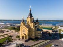 Satellietbeeld van Alexander Nevsky Cathedral met Volga rivier op de achtergrond royalty-vrije stock fotografie