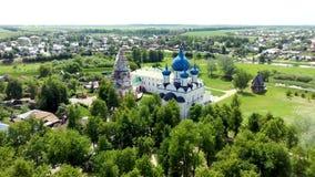 Satellietbeeld van architecturaal ensemble van Suzdal het Kremlin met Kathedraal stock footage