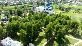 Satellietbeeld van architecturaal van Suzdal het Kremlin met park stock videobeelden