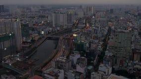Satellietbeeld van Ben Nghe River, de stadshorizon en het verkeer op de straten van Saigon of Ho Chi Minh City, Vietnam stock footage