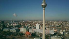 Satellietbeeld van Berlijn zoals die van beroemde Alexanderplatz, Duitsland wordt gezien stock videobeelden