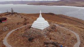 Satellietbeeld van Boeddhistisch monument op Ogoy-eiland van meer Baikal stock footage