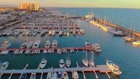 Satellietbeeld van boten in de haven, met stads erachter gebouwen stock videobeelden