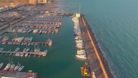 Satellietbeeld van boten in de haven, met stads erachter gebouwen stock footage