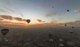 Satellietbeeld van Cappadocia bij zonsopgang met hete luchtballons royalty-vrije stock fotografie