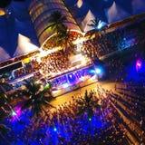 Satellietbeeld van Carnaval in het strand van Porto Seguro, Bahia, Brazilië stock foto