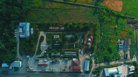 Satellietbeeld van cementfabriek, de grote industriële bouw in het platteland 4K stock videobeelden