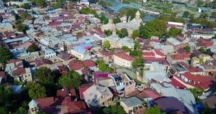 Satellietbeeld van centrum van Tbilisi, brug van vrede, Meidan, rike park Hommelvlucht stock videobeelden