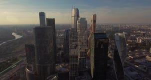 Satellietbeeld van Commercieel van Moskou Internationaal Centrum bij zonsopgang wanneer de zon achter wolken is Moskou-stad wolke stock videobeelden