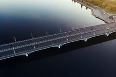 Satellietbeeld van concrete brug over rivier, autoverkeer op stadsbrug, vervoersconcept stock fotografie