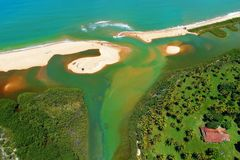 Satellietbeeld van Cumuruxatiba-strand, Prado, Bahia, Brazilië royalty-vrije stock foto
